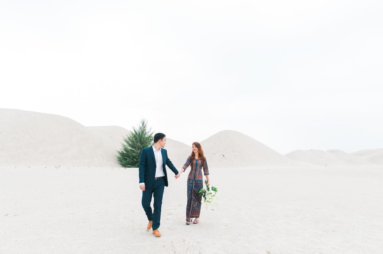 melaka-singapore-desert-themed-pre-wedding-engagement-singapore-airlines-uniform-reference